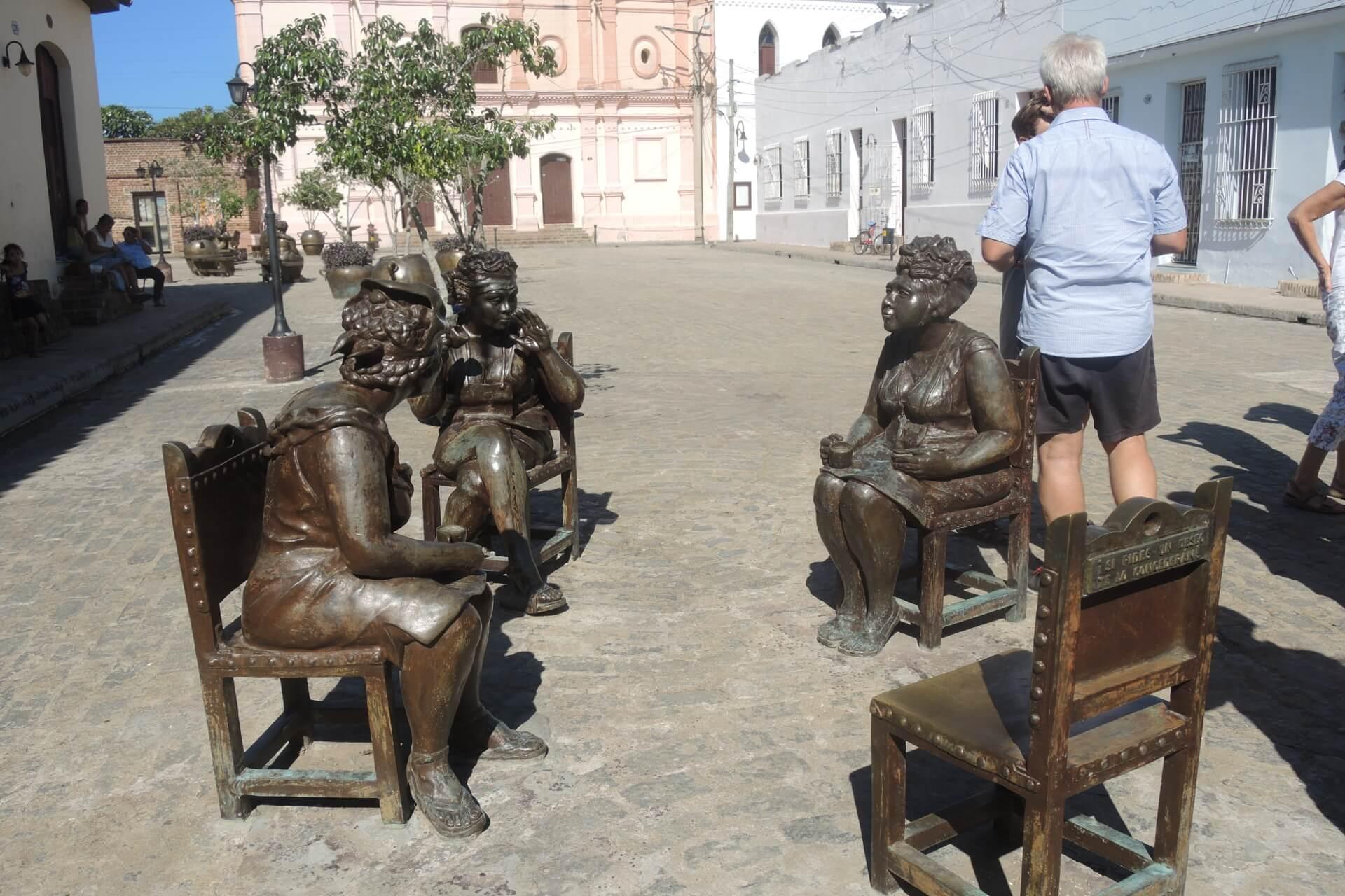 Kuba Sehenswürdigkeiten - Camagüey Plaza del Carmen Steinfiguren(1)